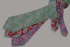 Corbatas verdes, rojas y moradas estampadas