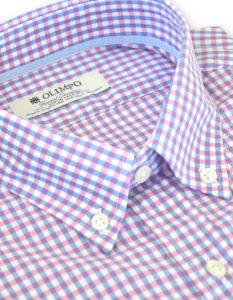 Detalle de cuello de camisa hombre de cuadros rosas