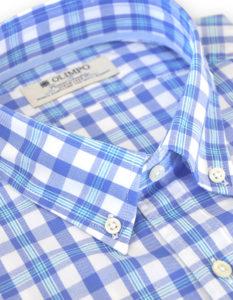 Detalle de cuello de camisa hombre de cuadros y rayas azules, marca Olimpo
